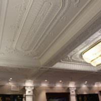 Лепнина на потолке гостиной в стиле классицизма