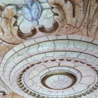 Декоративная розетка с лепниной на потолке готической спальни