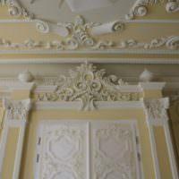 Гипсовая лепнина на стене жилой комнаты