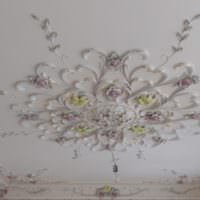 Гипсовый декор на потолке гостиной