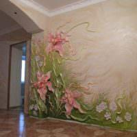 Цветная лепнина на стене гостиной