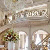 Холл загородного дома с лепным декором