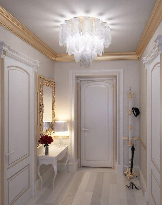 Интерьер прихожей городской квартиры в стиле барокко с лепниной