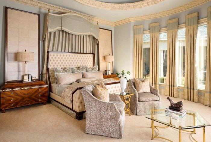 Интерьер спальной комнаты с лепными украшениями