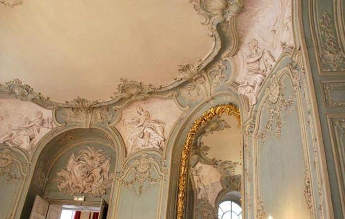 Декорирование лепниной потолка гостиной в стиле рококо