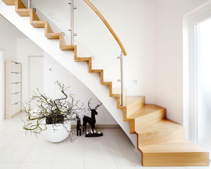 Декор лестницы в прихожей загородного дома