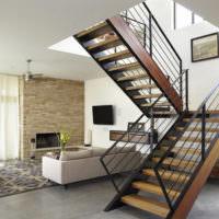 Лестница на металлическом каркасе в интерьере современной гостиной