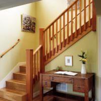Деревянная лестница с промежуточной площадкой