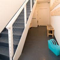 Струны в перилах лестницы на второй этаж