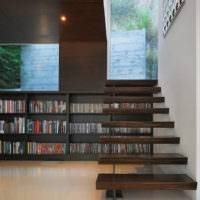 Библиотека под лестницей в частном доме