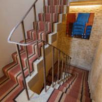 Бетонная лестница с металлическими перилами