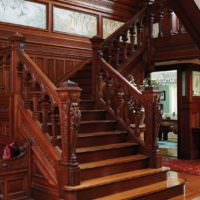 Массивная лестница из дерева в классическом исполнении