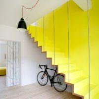 Велосипед под желтой лестницей