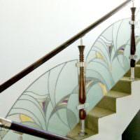 Стеклянные виражи на перилах лестницы