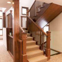 Массивная деревянная лестница на второй этаж частного дома