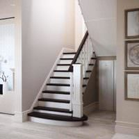 Лестница в пастельных тонах в жилом доме