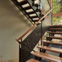 Металлическая лестница в дизайне частного дома