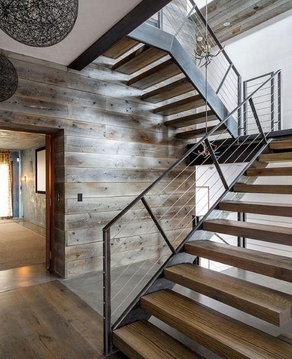 Интерьер лестничного марша частного дома в стиле модерн
