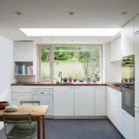 Черный линолеум на полу белой кухни