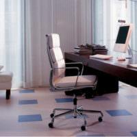 Офисное кресло за рабочим столом