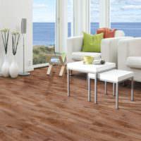 Белая мебель на коричневом полу