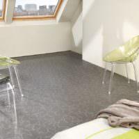 Серый пол в комнате с наклонными окнами
