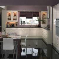 Черный глянцевый пол на кухне-гостиной