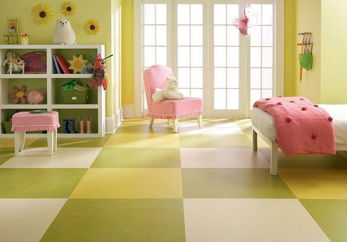 Линолеум с яркой расцветкой в интерьере детской комнаты для девочки