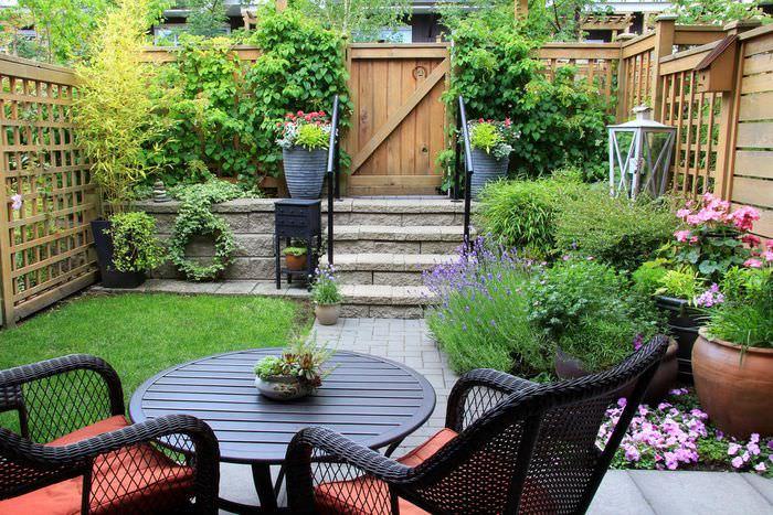 Маленький уютный садик внутри загородного участка