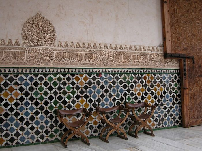 Мозаика в марокканском стиле на стене гостиной