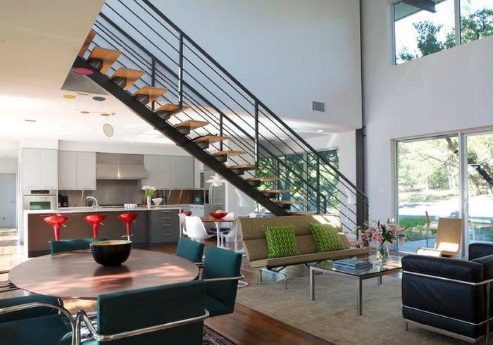 Прямой пролет маршевой лестницы в интерьере гостиной частного дома