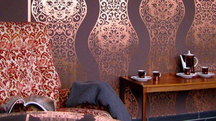 Блестящий рисунок на металлизированных обоях в гостиной комнате