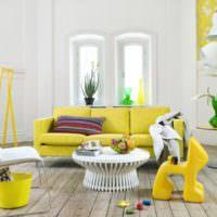 Желтая мебель на фоне белых стен гостиной