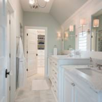 Узкая ванная комната в светлых тонах