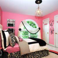 Розовые стены и черно-белый текстиль в спальне