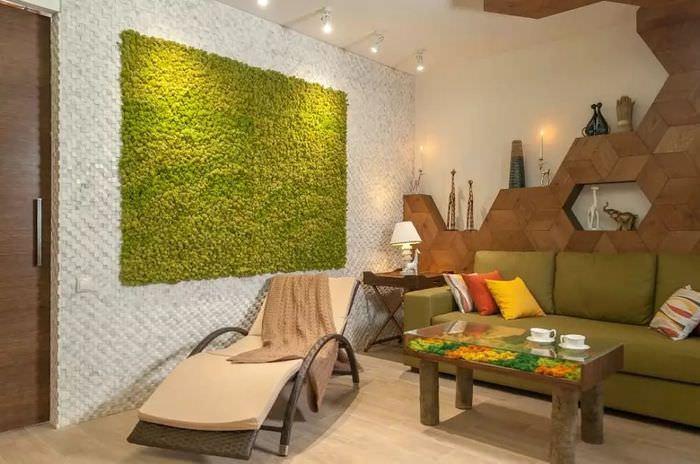 Зеленое панно из мха в интерьере гостиной клмнаты