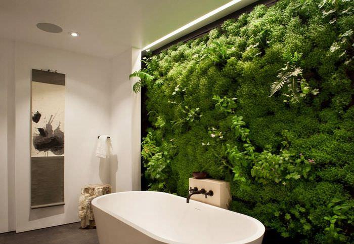 Фитостена в ванной комнате из мха и других зеленых растений