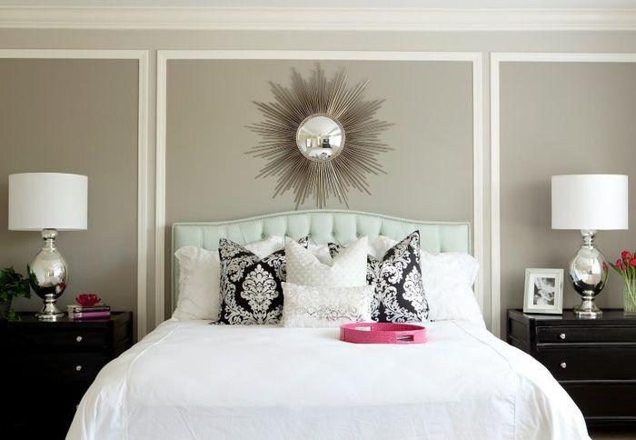Белые молдинги на серой стене в спальной комнате