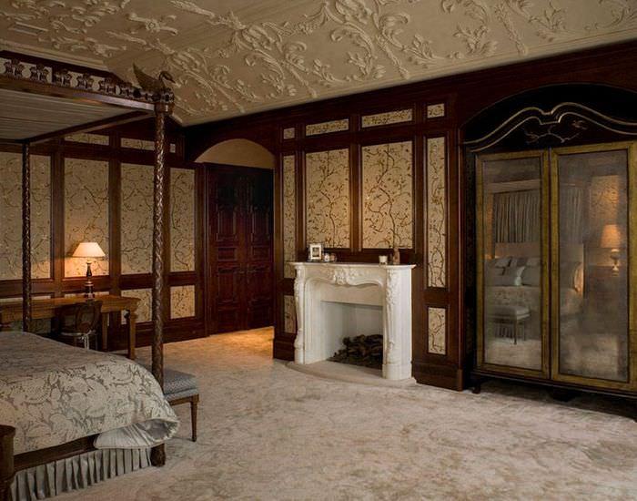 Дизайн спальни в готическом стиле с декорированием молдингами