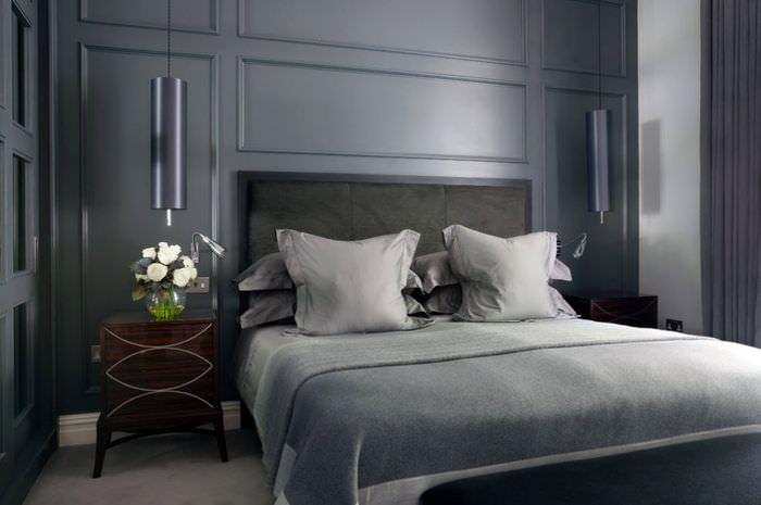 Крашенные в тон стены молдинги в интерьере спального помещения