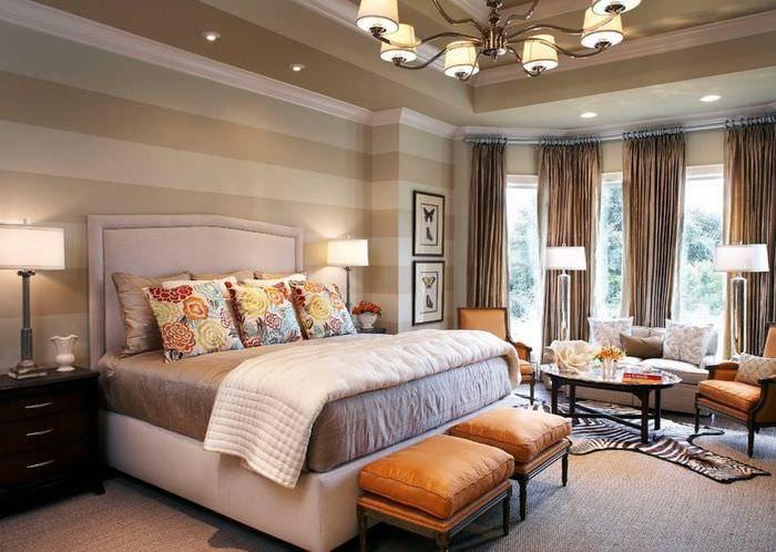 Монохромные обои с широкими полосками в дизайне комнаты для отдыха