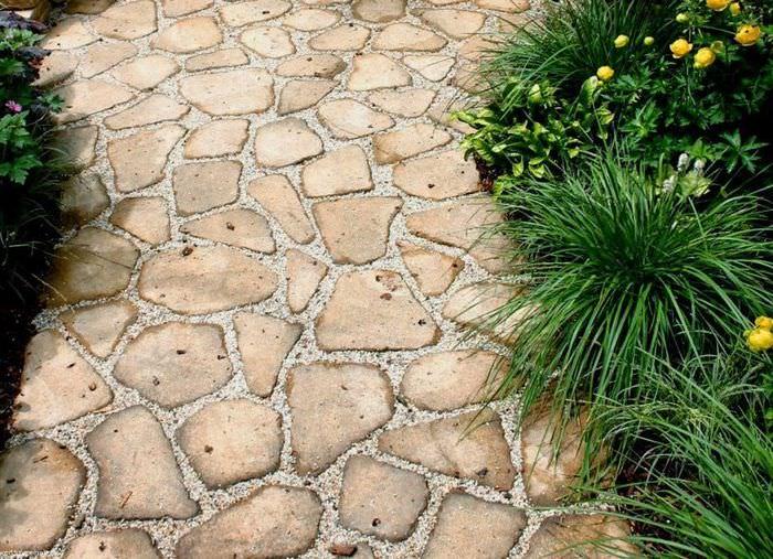 Мощенная садовая дорожка из природного камня