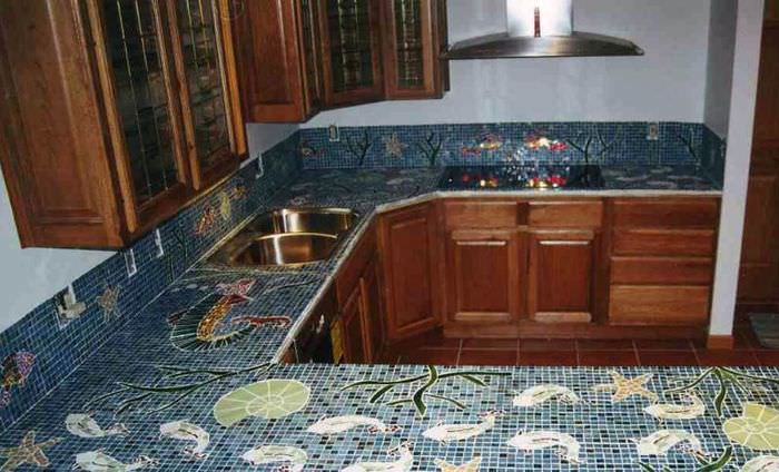 Кухонный гарнитур с мозаикой на столешницах