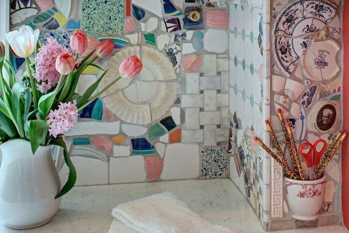 Декоративной панно из кусков старой посуды и керамической плитки