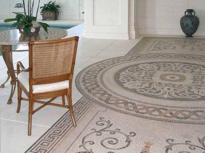 Мозаичный пол в интерьере гостиной