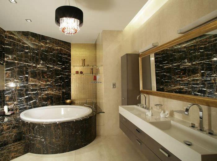 Современная ванная с мозаичным интерьером из мраморной плитки