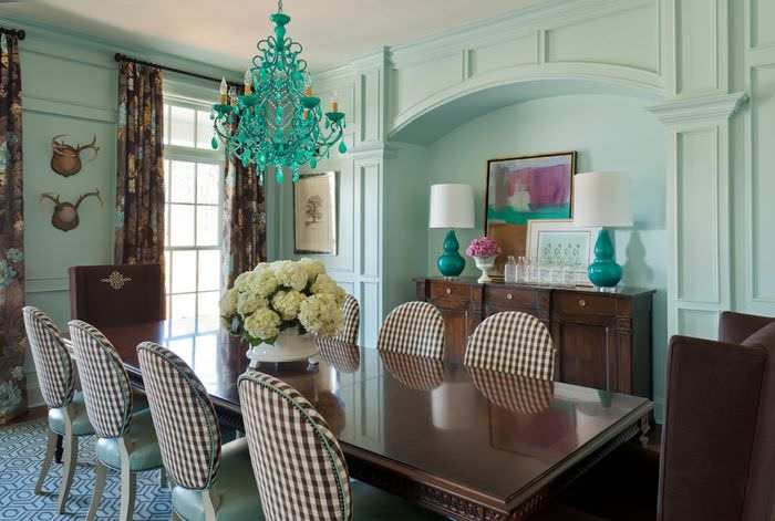 Коричневый полированный стол в гостиной с мятными стенами