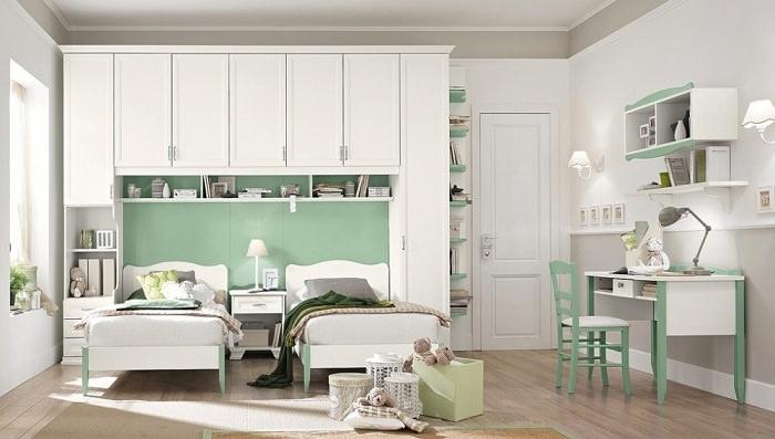 Дизайн белой спальни с мятными акцентами