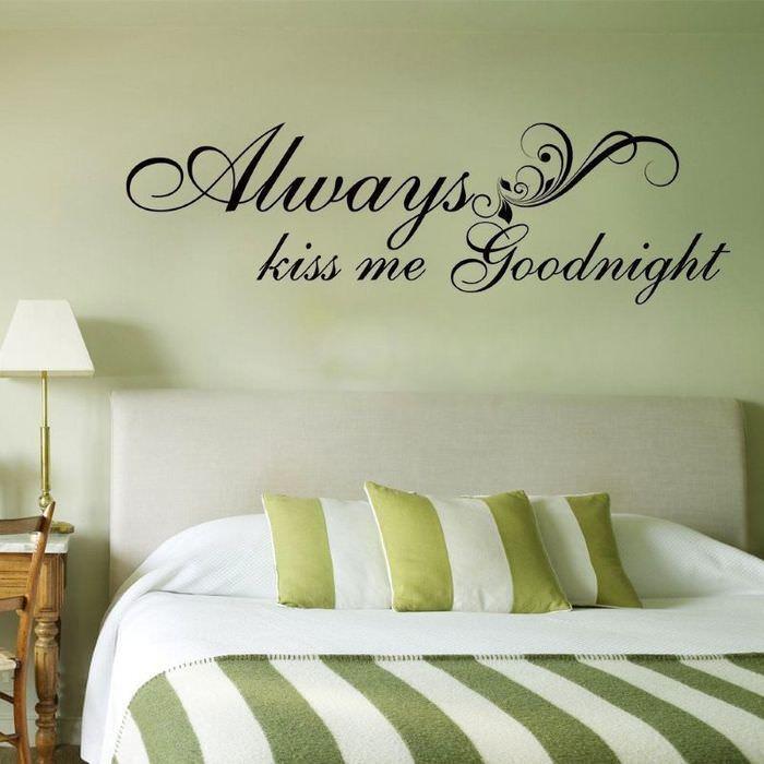 Надпись над изголовьем кровати в спальне
