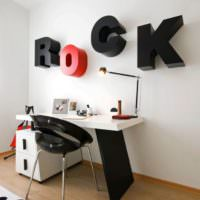 Надпись на стене в комнате любителя рок музыки